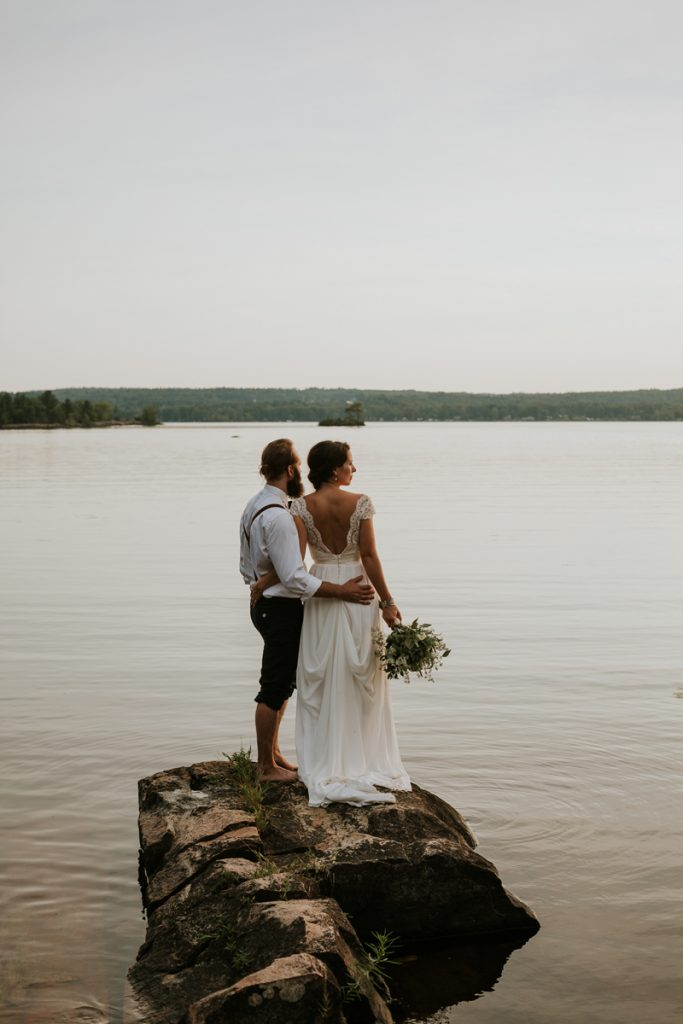 quebec-shawville-cottage-nature-rustic-wedding-couple-sunset-lake