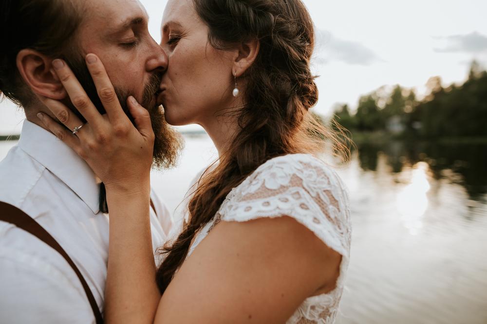 intimate-kiss-newlyweds-sunset-opustill